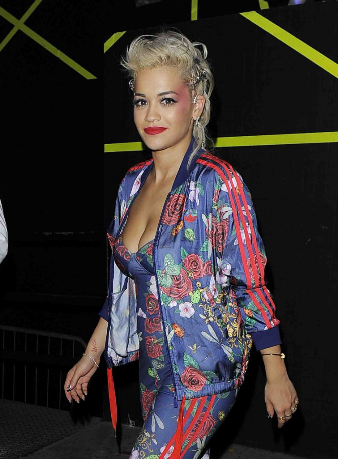 Rita Ora : tenue haute en couleur au bras de Ricky Hill !