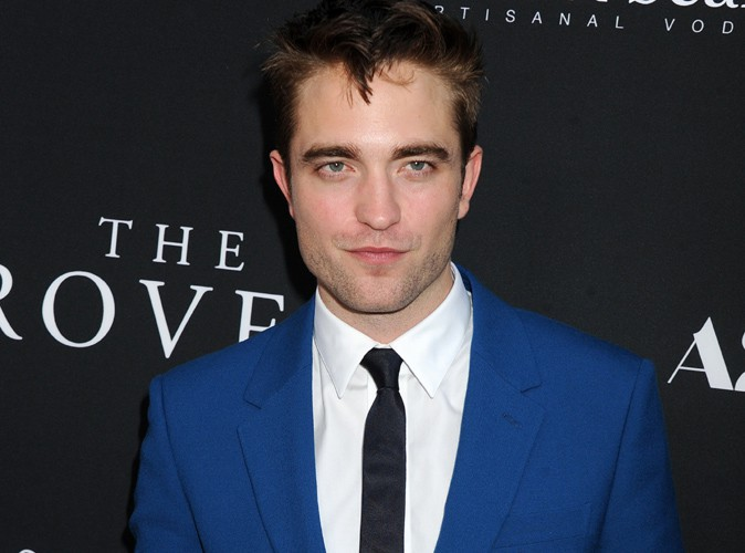 """Robert Pattinson : il ose le costume bleu à l'avant-première hollywoodienne de """"The Rover"""", et ça lui réussit !"""