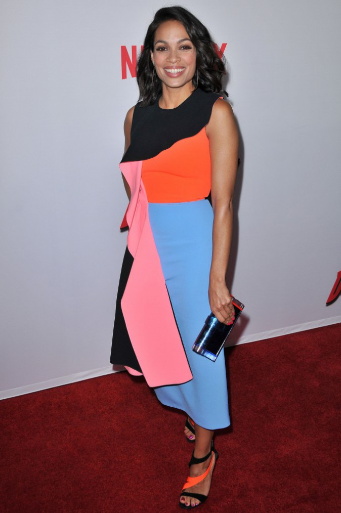 Rosario Dawson : la star de Daredevil en mode color-block sur le tapis rouge !