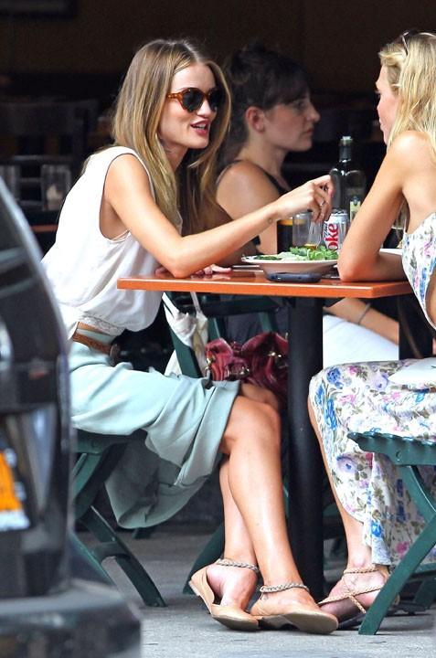Rosie Huntington-Whiteley déjeune avec une amie à New York, le 1er août 2011.