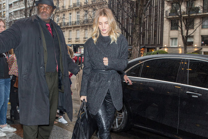 Photos : Rosie Huntington-Whiteley évite de peu un accident de voiture !