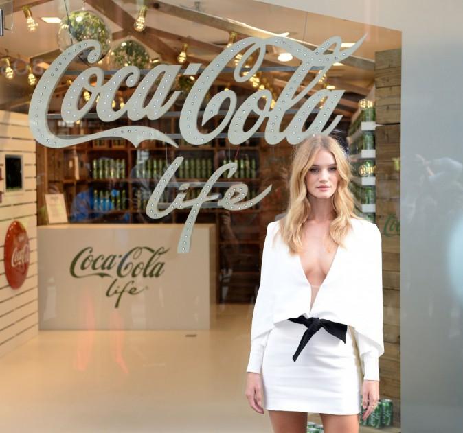 Rosie Huntington-Whiteley : un ange envoûtant pour inaugurer le nouveau store Coca-Cola !