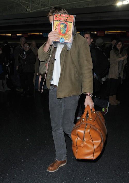 Janvier 2012 : chacun essaye de passer incognito à l'aéroport, mais on les a repérés !
