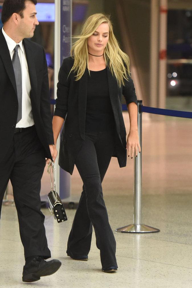 Le total look black comme Margot Robbie