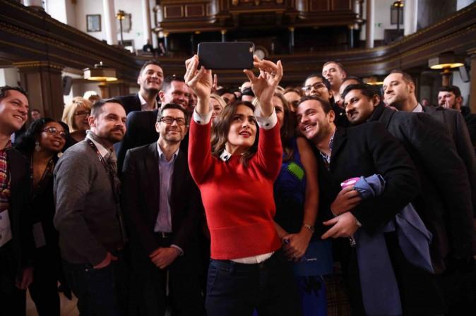 """Salma Hayek : """"je perd ma virginité des réseaux sociaux"""" !"""