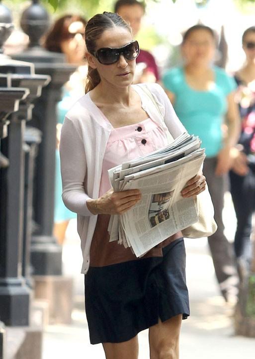Elle est absorbée par son journal !