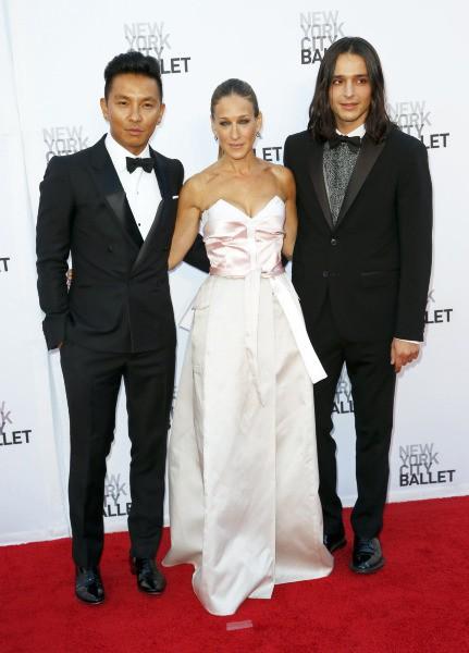Prabal Gurung, Sarah Jessica Parker et Olivier Theyskens lors du gala du New York City Ballet, le 19 septembre 2013.