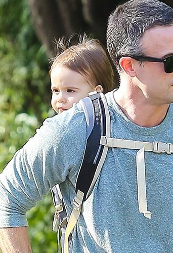Freddie Prinze Jr. et son fils Rocky à Los Angeles le 15 décembre 2013