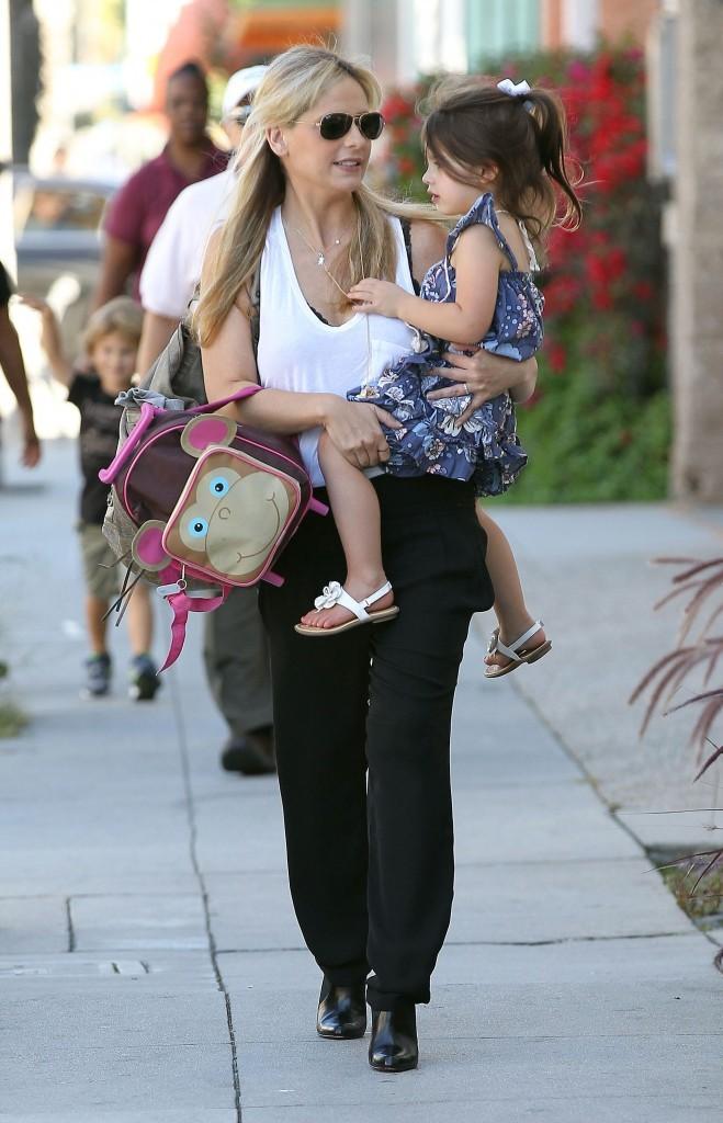 Sarah Michelle Gellar et sa fille Charlotte à Santa Monica, le 15 octobre 2012.
