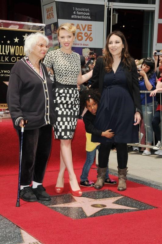 Scarlett Johansson en famille sur le Walk of Fame à Los Angeles, le 2 mai 2012.