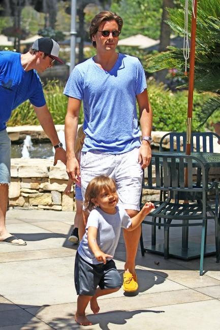 Scott Disick et son fils Mason à Calabasas, le 6 août 2012.