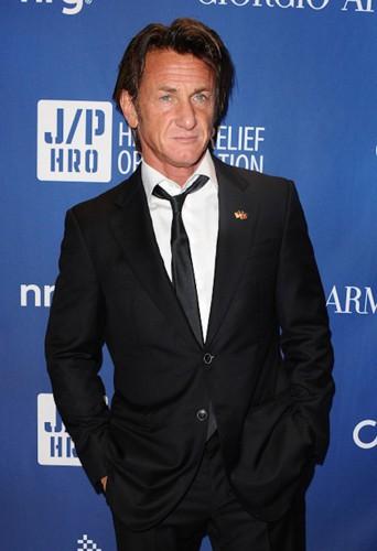 A 53 ans, Sean Penn peut se vanter de continuer à séduire les plus belles !