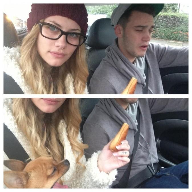 Fanny et Julien, dans la voiture en compagnie de leur petit chien !