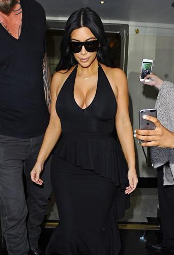 seins en avant, Kim Kardashian met Londres en �moi !