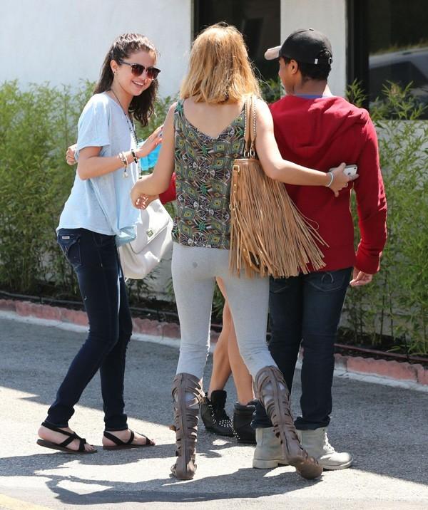 Selena Gomez avec un groupe d'amis à Hollywood le 8 juin 2013