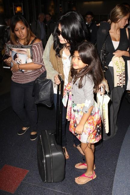 Selena Gomez avec une fan à l'aéroport de Los Angeles, le 17 septembre 2012.