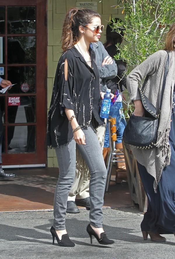 Selena Gomez avec ses amies à la sortie d'un restaurant d'Encino le 3 mars 2013