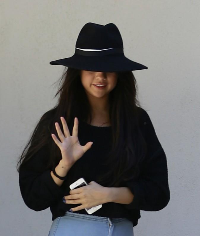 Selena Gomez : jean High-Rise et chapeau noir pour un moment détente à Los Angeles !
