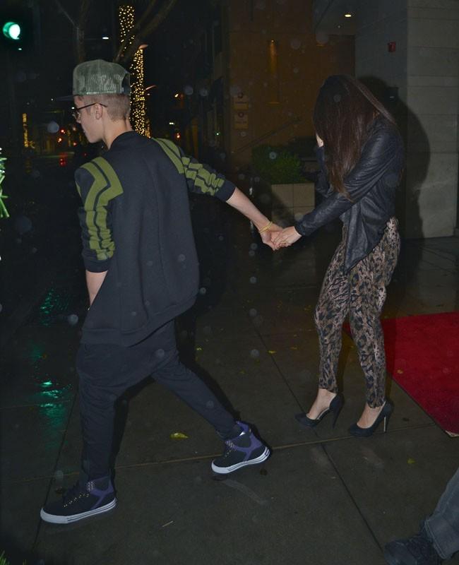 Justin Bieber et Selena Gomez à la sortie d'un restaurant de Beverly Hills le 2 décembre 2012