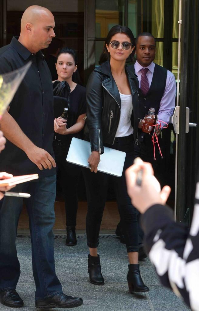 Selena Gomez : qu'importe les critiques, elle ne sort pas sans ses chips !