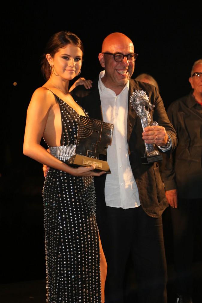 Photos : Selena Gomez : tout en transparence ou avec un décolleté plongeant, les leçons de sex-appeal se poursuivent !