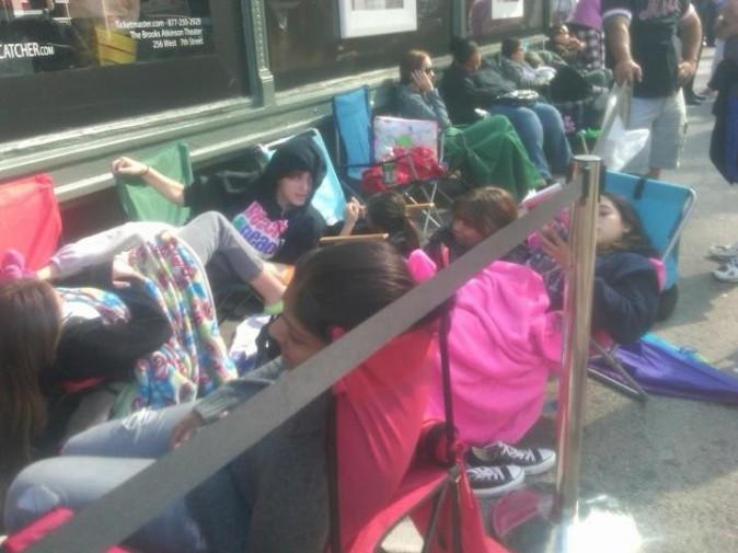 Les fans de Selena Gomez qui attendent le lancement de son parfum chez Macy's à New York, le 9 juin 2012.