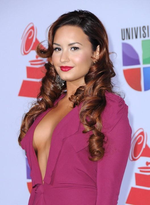 Une poitrine un peu indiscrète pour Demi Lovato !