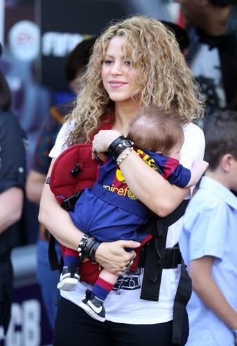 Shakira et Gerard Piqu� : premi�re sortie officielle avec Milan et Sasha !