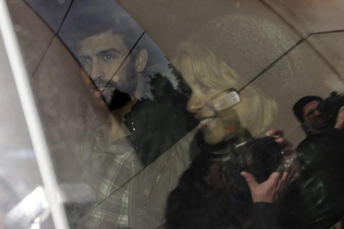 Gerard Piqué et Shakira à la sortie de la clinique, à Barcelone, le 27 janvier 2013
