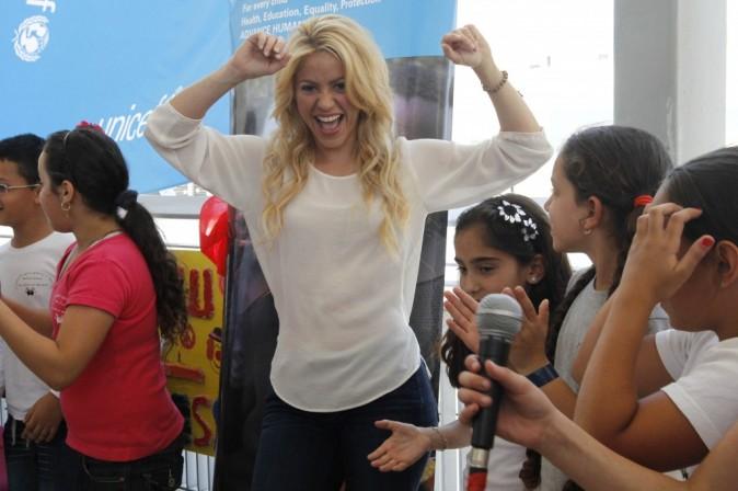 Shakira dévoile aux enfants le secret de son célèbre déhanché !