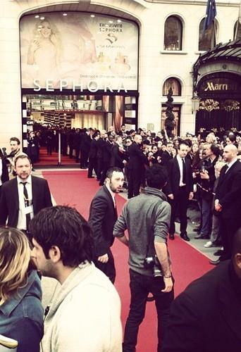 Les fans attendent l'arrivée de Shakira au Sephora des Champs-Elysées à Paris, le 27 mars 2013.