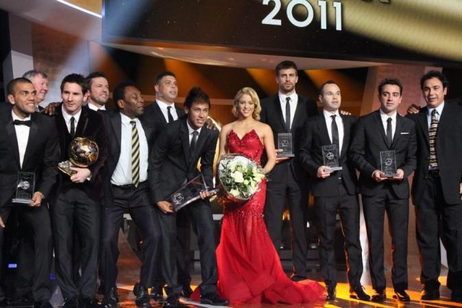 Shakira entourée d'une pléïade de footballeurs lors du Gala FIFA Ballon d'Or 2011 à Zurich, le 9 janvier 2012.