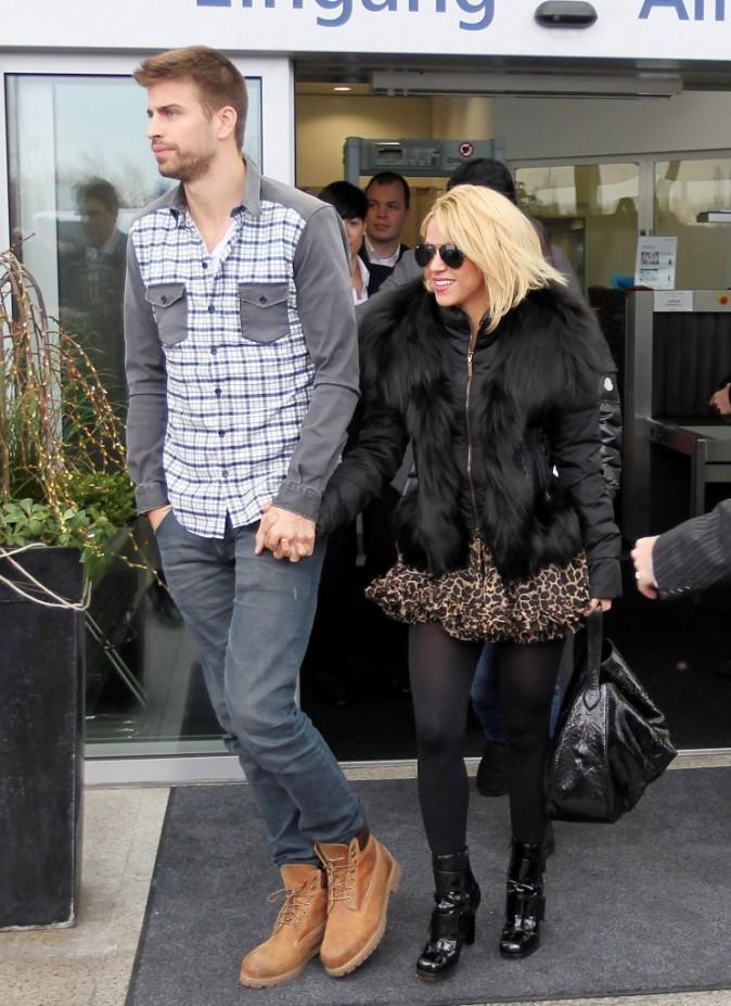 Shakira et son amoureux Gérard Piqué arrivent à l'aéroport de Zurich, le 9 janvier 2012.