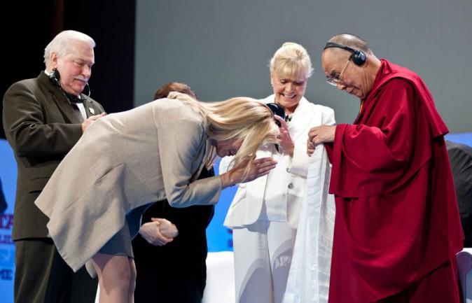 """Sharon Stone à Varsovie pour recevoir le """"Prix de la Paix""""  le 23 octobre 2013"""