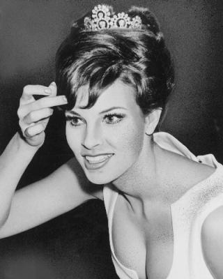 Raquel Welch couronnée Miss Photogenic et Miss Contour en 1954