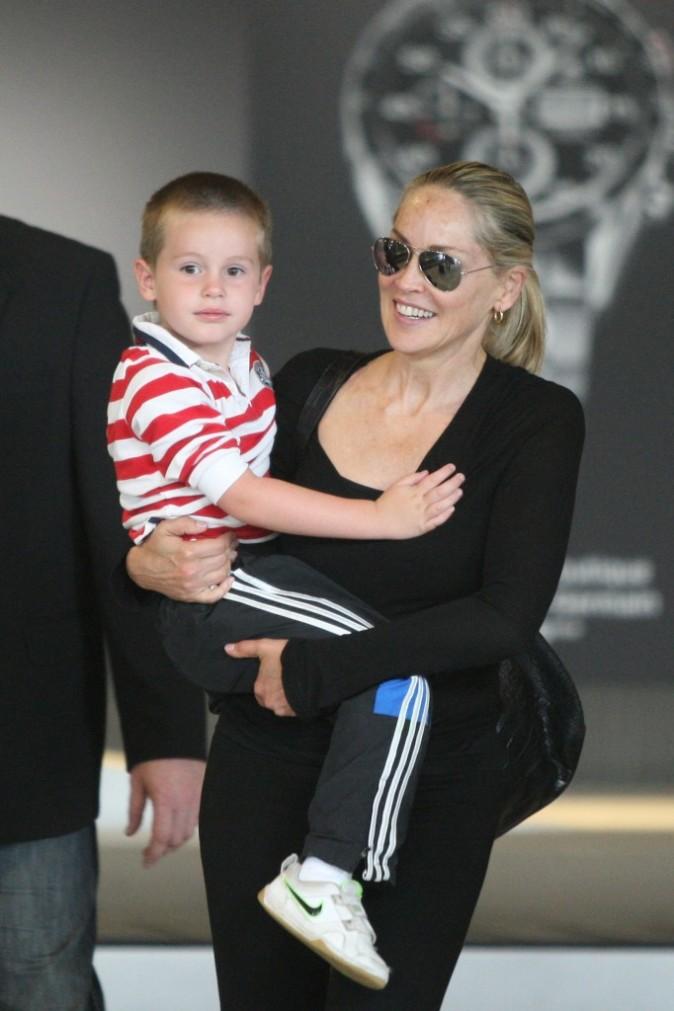 Sharon Stone et son fils Quinn à l'aéroport Roissy Charles de Gaulle, le 28 juin 2012.