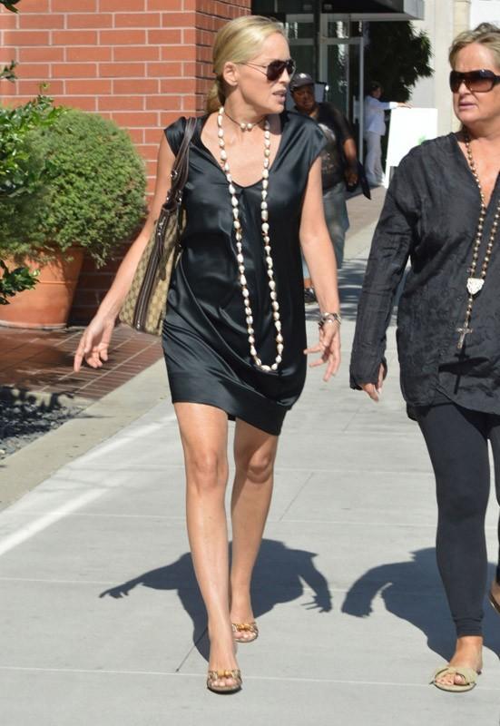 Sharon Stone dans les rues de Los Angeles hier