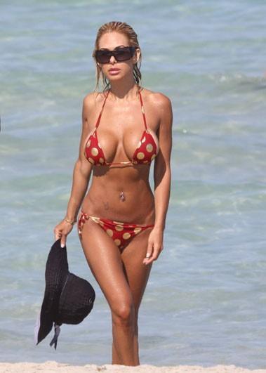 Non, n'insistez pas, elle n'enlèvera pas le haut ! En juin 2009 à Miami Beach.