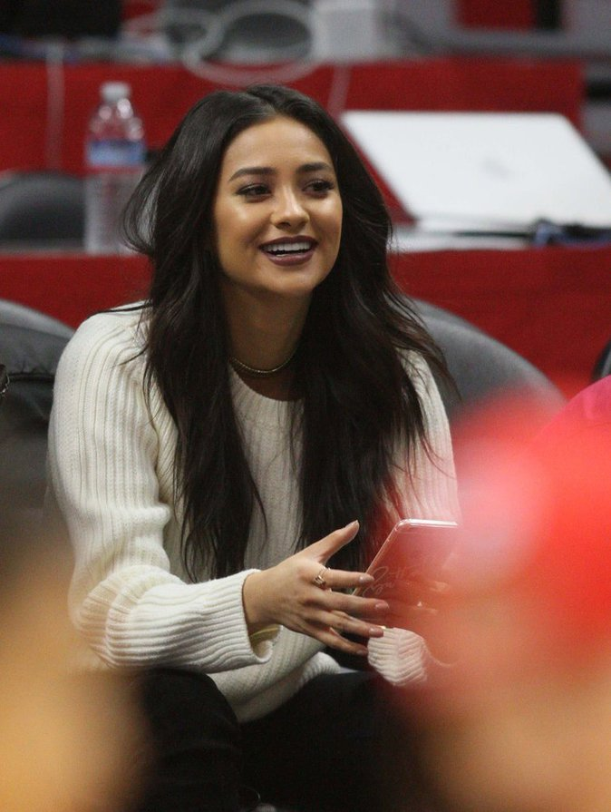 Photos : Shay Mitchell : une vraie bombe fan de basket !