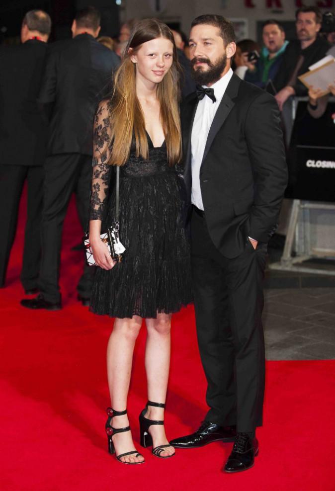Shia LaBeouf : sur le tapis rouge, il n'a d'yeux que pour sa belle !