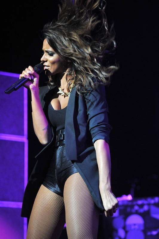 Shy'm sur la scène du concert Orange RockCorps au Zénith de Paris, le 12 juillet 2012.