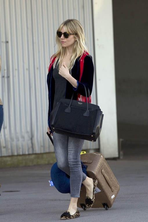 Sienna Miller à son arrivée à l'aéroport de Marseille