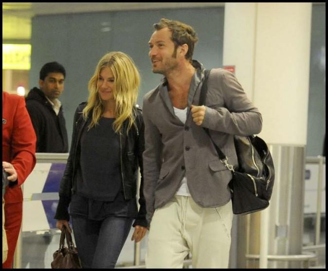 Jude Law et Sienna Miller à l'aéroport d'Hearthrow, le 3 janvier 2011.