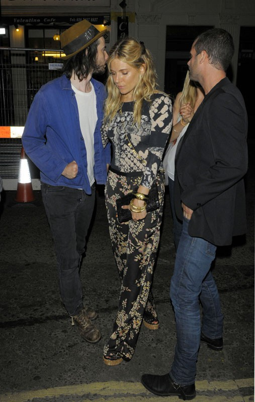 Sienna Miller ivre dans les rues de Londres, après une soirée arrosée