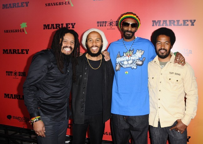 "Rohan Marley, Ziggy Marley, Snoop Dogg et Robbie Marley lors de la première du film ""Marley à Los Angeles, le 17 avril 2012."