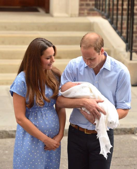 Le Prince William, sa femme Kate et leur fils à la sortie de l'hôpital le 23 juillet