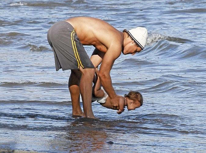 Enfants de stars : Matthew McConaughey fait faire son baptême de l'eau à sa petite Vida