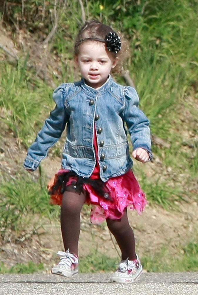 La petite Harlow Madden porte un joli noeud dans les cheveux, une robe à froufrous et une veste en jean fashion... merci maman !
