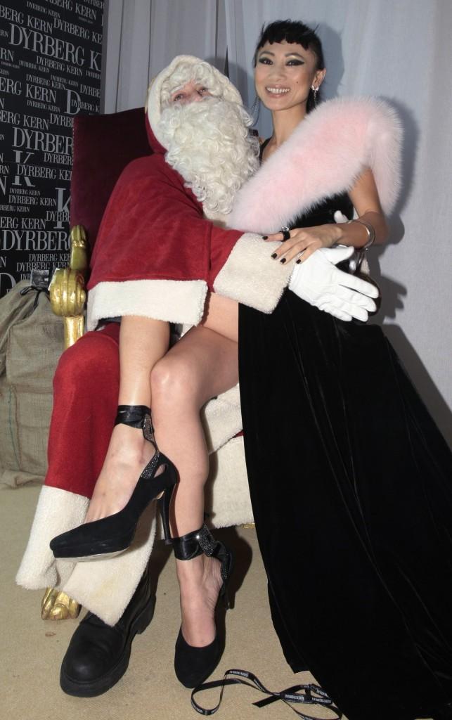 L'actrice chinoise Bai Ling se la joue sexy aux genoux du père Noël