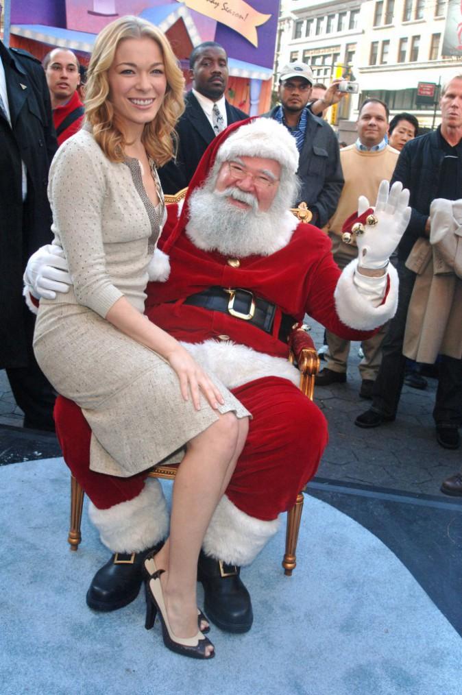 La chanteuse Leann Rimes et le père Noël tout sourire en décembre 2005